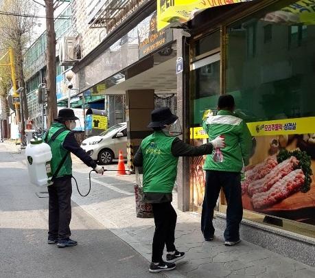1-1.+새마을지도자+대산동협의회+방역+활동+모습.jpg