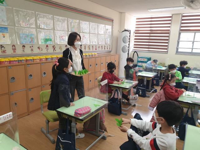 4월부천원일초등학교, 동화 속 상상 놀이터를 뛰어노는 동화구연 수업 보도자료 사진2.jpg