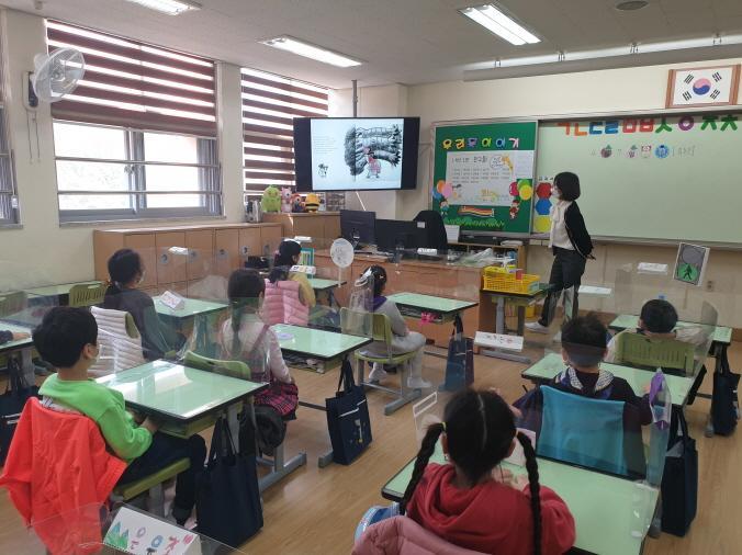 4월부천원일초등학교, 동화 속 상상 놀이터를 뛰어노는 동화구연 수업 보도자료 사진1.jpg